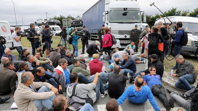 Employees of French auto parts manufacturer GM&S demonstrate on September 5, 2017, in front of a plant of French car maker PSA Peugeot Citroen in Poissy, outside Paris. The court on September 4 set its ruling on the only takeover offer of GM&S by French company GMD, which would preserve 120 jobs out of 277, to be handed down on September 7. / AFP PHOTO / JACQUES DEMARTHON Crédits : Lefigaro.fr
